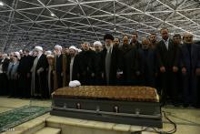 رهبر انقلاب بر پیکر آیت الله هاشمی رفسنجانی نماز خواندند